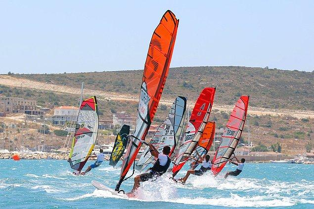 13. Alaçatı'ya gitmişken rüzgar sörfü deneyimini de yaşayın