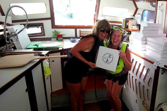 12. Müşteriler ise Pizza Pi'ye yüzerek ya da kendi tekne ve botlarıyla gelebiliyorlar.