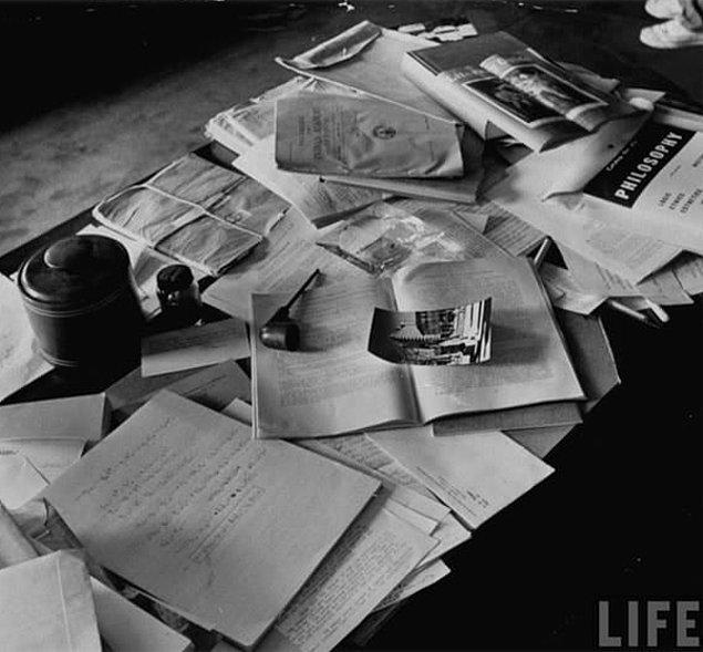 7. Einstein'in ölümünden bir gün sonra fotoğraflanan çalışma masası.