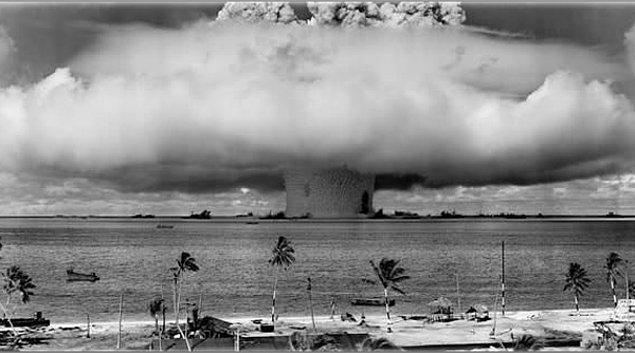 11. 15 kilotonluk nükleer patlayıcının su altında patlama anı.