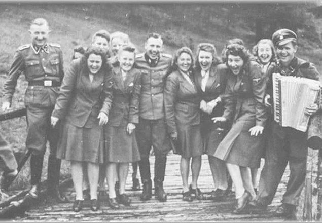 13. 1942 yılında, Auschwitz kampında görevli SS subayları.