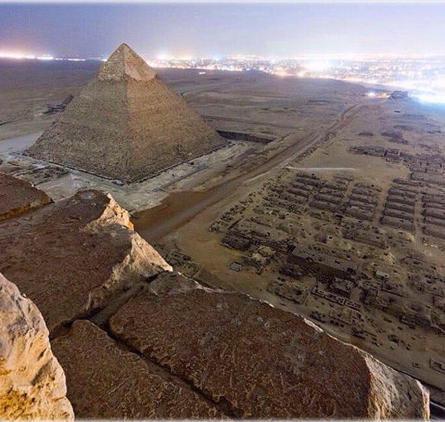 17. Mısır'da bulunan Giza piramidinin illegal olarak çekilmiş bir fotoğrafı.