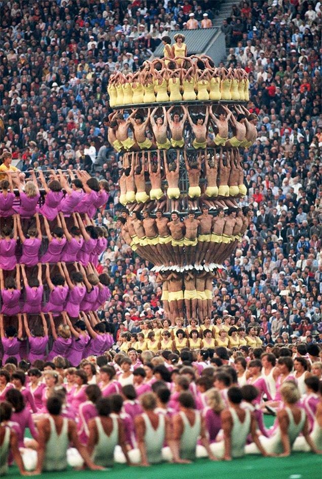 1. Moskova'da 1980'de düzenlenen olimpiyatların açılış töreninde insandan kuleler vardı.