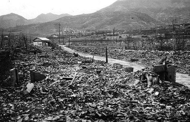 """14. 1964'te Hiroşima'da saldırılarda hayatını kaybedenleri anmak amacıyla """"Barış Ateşi"""" yakıldı."""