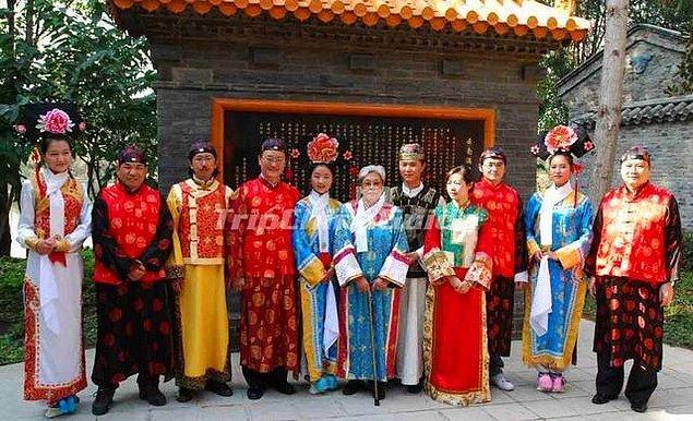 5. Çin'de yaşayan Manchu Kabilesi'nde anneler, sevgilerini göstermek için herkesin önünde çocuklarının penisini emiyorlardı. Çünkü onlar, öpüşmenin cinsel bir çağrışımı olduğunu düşünüyorlar ve bundan kaçınıyorlardı.