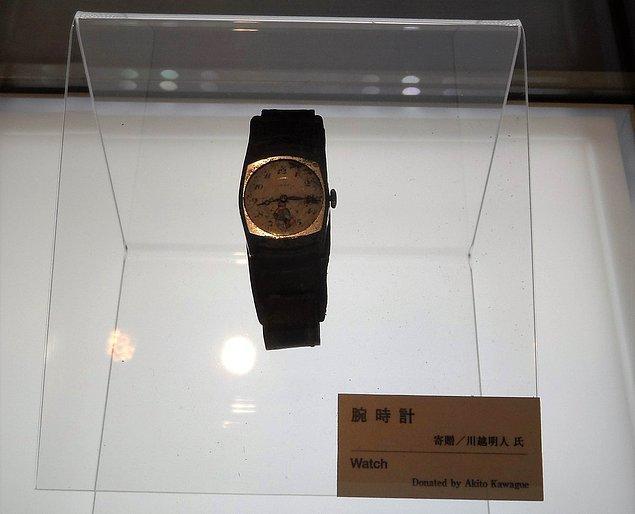 Patlama sonrası duran bir saat günümüzde bir müzede sergileniyor.