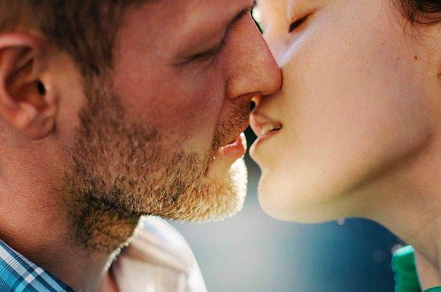 11. İnsanların 3'te 2'si, öpüşürken başını sağa eğmektedir.