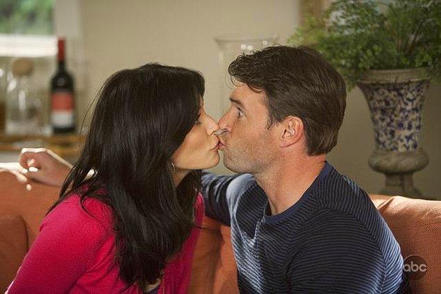 14. Aşkın önemli basamaklarından biri olarak gördüğümüz öpüşmek, dünya kültürlerinin yarısından az bir kısmında romantik olarak algılanmaktadır.
