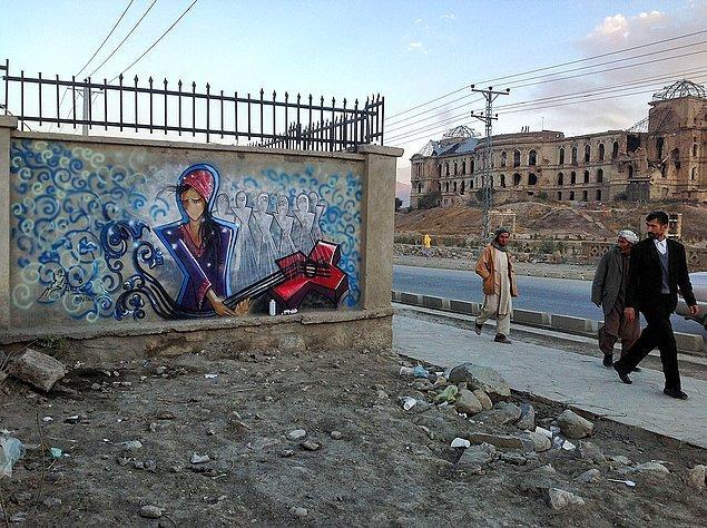 Tabii bir Afgan kadını olarak bunu gerçekleştirebilmesi hiç kolay değil. Dinsel ve geleneksel kısıtlamalar sebebiyle, sokaklarda özgürce dolaşması bile kolay değilken, sokak sanatı yapabilmek için karşılaşabileceği engelleri varın siz düşünün.