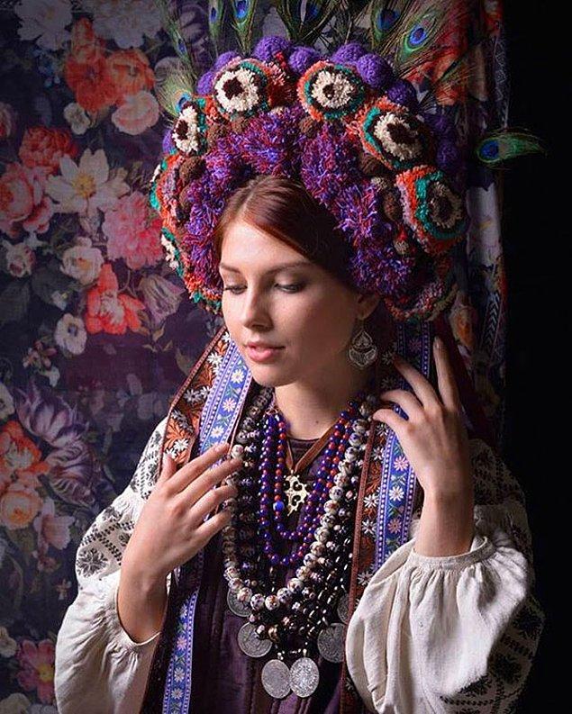 4. Ukrayna'ya özgü geleneksel saç süslerini/taçları, günümüz kadın ve çocuklarına giydirerek yeni bir görünüm elde ettiler.