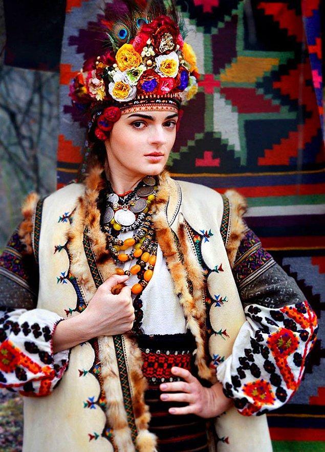 14. Çiçeklerden yapılan saç süsleri, Ukrayna geleneklerine göre temizliği ve masumluğu simgeliyor.