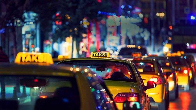 İneceğin yere geldin. Taksici ödeme yapmanı bekliyor, ama deney öncesinde ceplerindeki her şey boşaltıldığı için paran da yok.