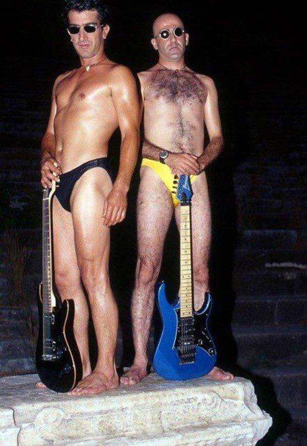 1. Ayna Grubu üyeleri Erhan Güleryüz ve Cemil Özeren gece vakti taş üstünde gitarla verdikleri bu pozda kıyafet olarak slip mayoyu tercih etmişler.