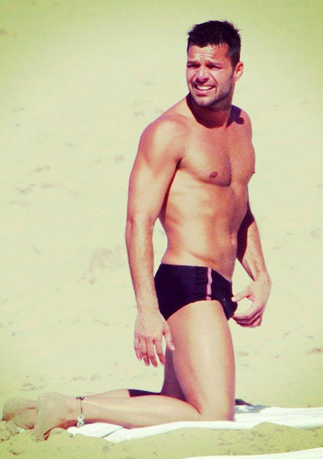 10. Ricky Martin bu fotoğrafta tam olarak ne yapıyor bilmiyoruz ama slip mayonun en yakıştığı isimlerden kendisi.