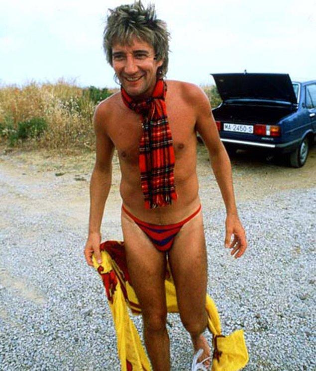 16. Rod Steward ipli slip mayosunu kaşkolu ile kombinleyip slip mayonun her türlü yaratıcılığa açık bir deniz kıyafeti olduğunu herkese göstermiş.