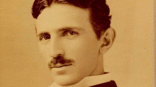 1. Nikola Tesla bir seferinde kalabalık bir insan grubunu, oyuncak bir tekneyi emirler yağdırarak hareket ettirebileceklerine inandırmıştır.