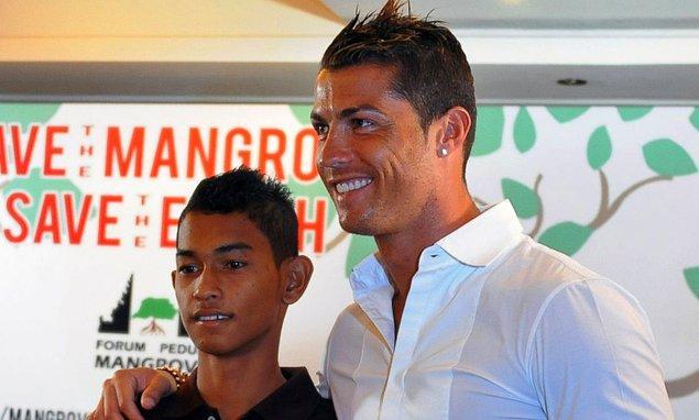 9. Cristiano Ronaldo, 2004 yılında Endonezya'da yaşanan korkunç tsunami faciasından sağ olarak kurtulmuş 7 yaşında bir çocuğun eğitimini üstlenmiştir.