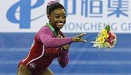 Seremoni Sırasında Çiçeğindeki Arıyı Fark Eden Jimnastikçi Simone Biles'ın Zor Anları