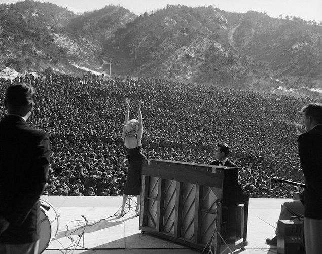 7. Kore Savaşı sonrası müttefik birliklere performans sergileyen Marilyn Monroe, 11 Şubat 1954.