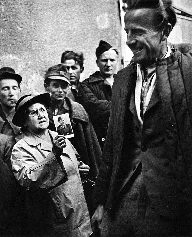 2. Ülkesine dönen savaş esirlerine oğlunun fotoğrafını gösteren anne, 1947.