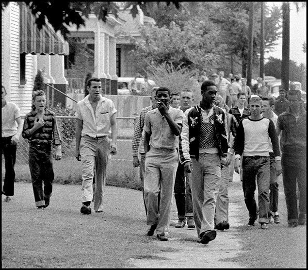 1. Okul yolunda sınıf arkadaşları tarafından taciz edilen iki siyahi öğrenci, Arkansas, ABD, 1957.
