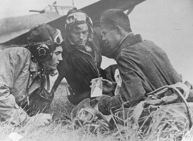 4. Arkadaşlarına sevgilisinin fotoğrafını gösteren Sovyet pilot, 1944.