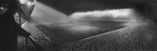 5. 6 Eylül 1913'ten 7 Mayıs 2006'ya kadar Arsenal'e ev sahipliği yapan Highbury Stadyumu'nda bir maç esnasında ilk defa kullanılan aydınlatma ışıkları, 19 Eylül 1951.