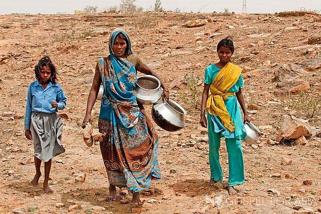 12. Asya kıtasının bazı bölgelerinde insanlar, temiz su kaynaklarına ulaşmak için günde ortalama 6 kilometre yol kat etmektedir.