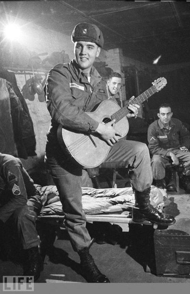 17. Askerliğini yaptığı tank taburunu eğlendiren Elvis Presley, Almanya, Kasım 1958.