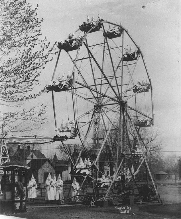 24. Dönme dolabına binmiş Ku Klux Klan üyeleri, 1925.