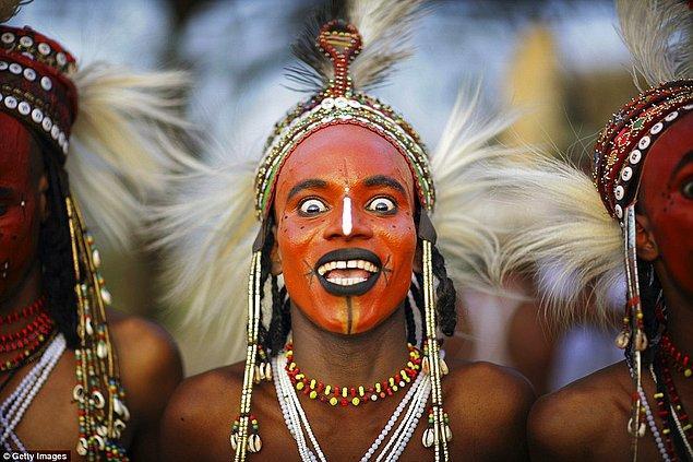 Afrika'nın Sahel Kuşağı adı verilen bölgede yaşayan Wodaabe kabilesi her yıl çok zorlu bir güzellik yarışması için bir araya geliyor.