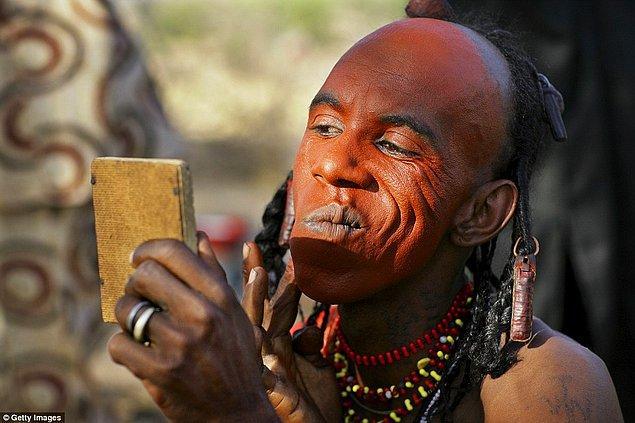 Kendilerinin dünyanın en güzel insanları olduğuna inanan kabilenin erkek üyeleri yanlarında mutlaka bir ayna bulunduruyor.