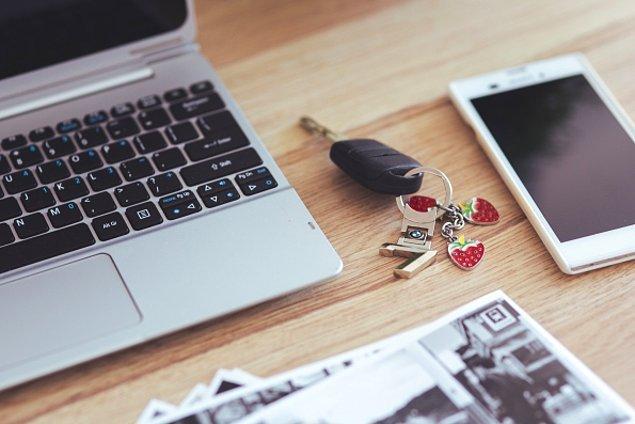 2. Cebindeki cüzdan, anahtar gibi şeyleri sırasıyla masaya dizmek.