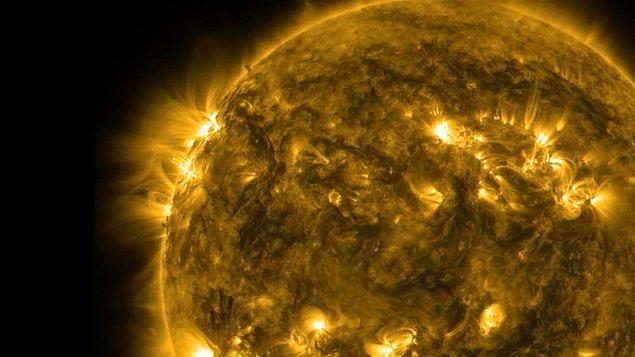 1. Çoğumuz güneşin sarı renge sahip olduğunu düşünürüz; ancak aslında güneşten aldığımız ışık beyaz renktedir. Güneşi sarı görmemizin sebebi ise, gözlerimiz ve güneş arasında bulunan atmosferdir.
