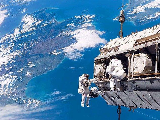 9. Atmosferin dışına çıkan insanların ağırlıksız olduğu yanlış bir bilgidir. Bu insanlar aslında uzayda bulunan farklı kütlelerin çekimine kapıldıkları için yavaş bir düşme hareketi içerisindedirler.