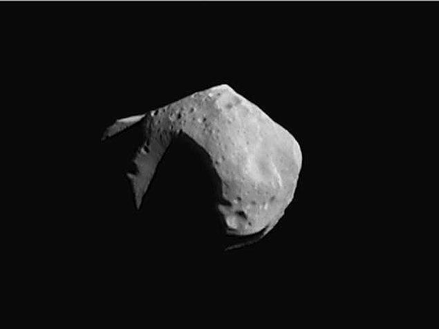 12. Asteroid Kuşağı sanıldığı gibi tehlikeli bir bölge değildir. Aslında bu alan oldukça tenha bir noktadır. Eğer bu bölgede yer alan tüm asteroidleri bir araya toplasaydık, oluşturacakları kütle Ay'ın kütlesinin yalnızca %4'üne denk olurdu.