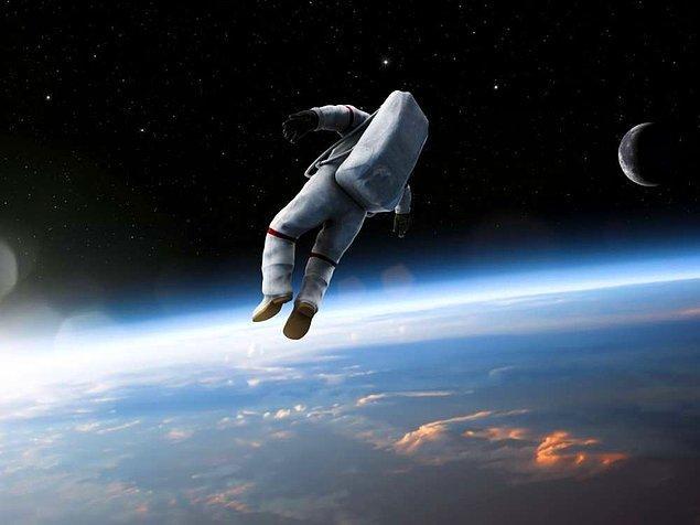 16. Uzay boşluğunun çok soğuk olduğunu kesin duymuş ya da düşünmüşsünüzdür. Ancak bilinen uzayın hem çok soğuk, hem de çok sıcak noktaları bulunmaktadır ve astronotların giysileri de ikisine karşı da koruma sağlayacak şekilde tasarlanmaktadır.