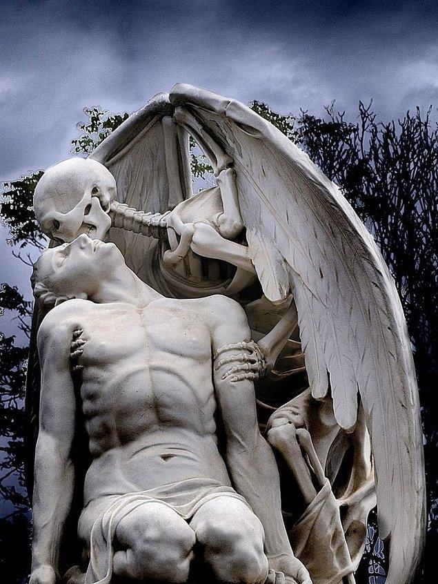 """8. Dünyanın en gizemli heykeli: """"Ölüm Öpücüğü"""", (1930)"""