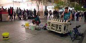 Nalburiye Malzemeleriyle Sokakta Tekno Müzik Gösterisi Yapan Adamlar