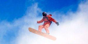 Snowboard Deneyimini Bulutların Üstüne Çıkaran Maceraperest Adam