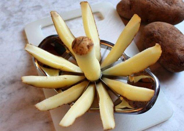 6. Patatesleri keserken sıkıntı yaşamak zorunda değilsiniz. Elma dilimleyiciniz varsa patateslerde de bir o kadar kullanışlı.
