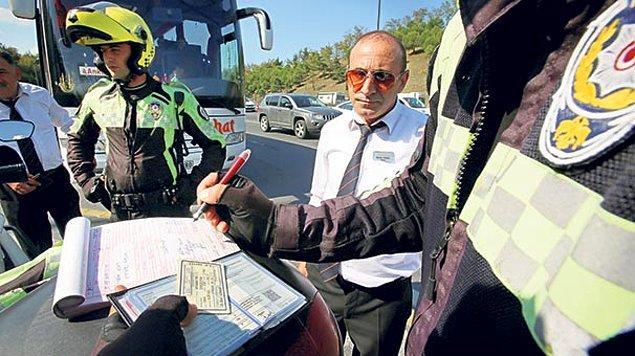 Köprüde trafik ekiplerinin ceza yazdığı isimlerden biri hurda yüklü kamyonuyla Gebze'ye giderken yasak olmasına FSM'yi kullanan Ahmet Pekgöz.