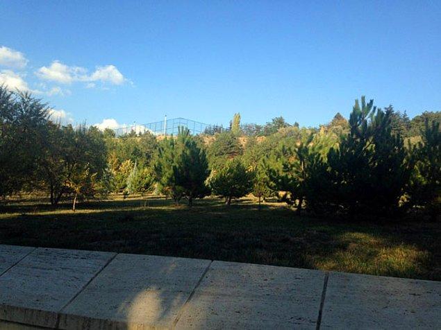 'Simgesel ve tarihsel bir mekan olan Anıtkabir'de asker futbol oynasın diye halı saha mı yapılır?'