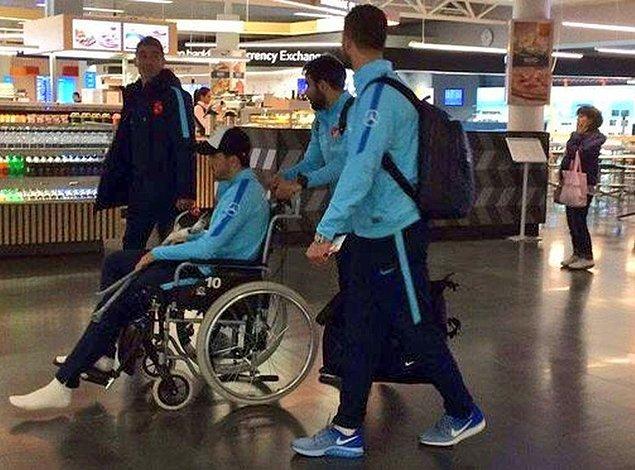 Dün akşamki maçtan sonra milli futbolcu uçağa tekerlekli sandalye ile götürülmüştü