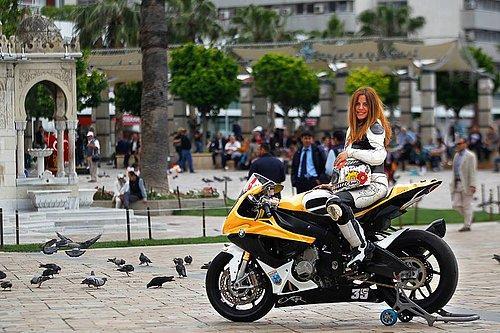 Türkiye'nin ilk ve aynı zamanda en sevimli kadın motosiklet yarışçısı değil mi ama!
