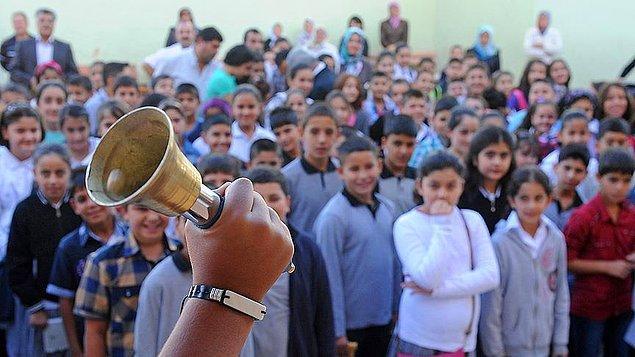 İlköğretim çağında olup da okula gitmeyen kız çocukların sayısı, aynı durumdaki erkek çocuk sayısından 600 bin fazla