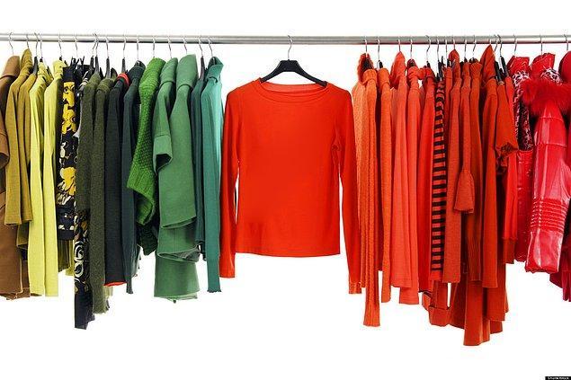 8. Gardırobunuzdaki giysileri türüne göre değil, giyme amaçlarınıza göre düzenleyin. Böylece onları seçerken vakitten kazanırsınız.
