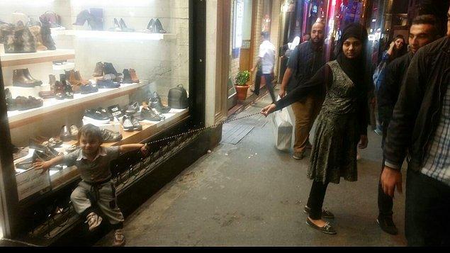 Görenlerin şaşkın bakışları arasında İstiklal Caddesi'nde dolaşan kadın ve çocuk caddedekilerin şaşkın bakışları altında kalabalığa karışarak gözlerden kayboldu