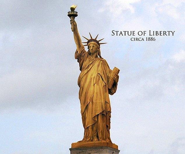 Özgürlük Anıtı ilk yapıldığında kızıl/kahverengi tonlarında bir renge sahipti. Zamanla bugün bildiğimiz yeşil renge büründü.