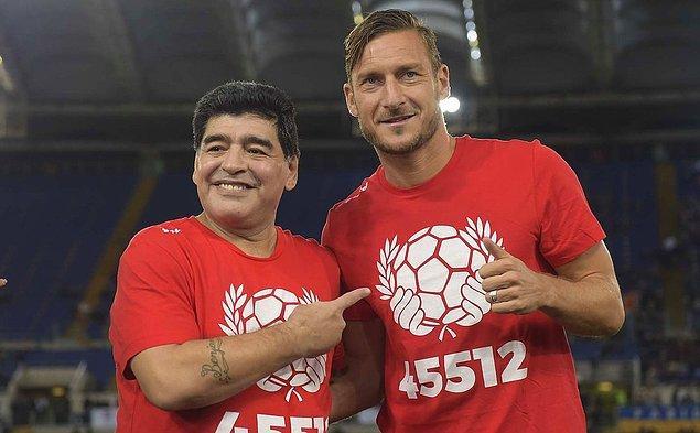 Parasını ödesen oynatamazsın! Yaşayan efsaneler Maradona ve Totti bir arada